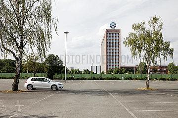 VW Golf auf einem leeren Parkplatz vor dem Volkswagenwerk in Wolfsburg
