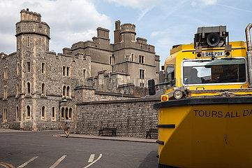 Rueckseite von Schloss Windsor und ein Amphibienfahrzeug