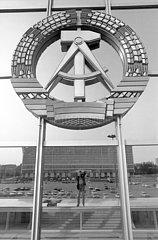 DDR Staatswappen  Palast der Republik  Berlin  DDR  Mai 1990