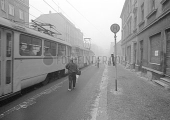 Strassenbahn  Haltestelle  marode Altbauten in Leipzig  1989