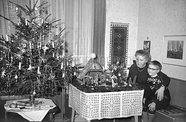 Mutter und Sohn vor der Krippe  Christbaum  1967