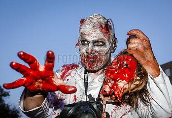 Zombiewalk an Halloween  Essen  Ruhrgebiet  Nordrhein-Westfalen  Deutschland