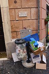 Verbotsschild und Muell in Rom