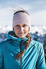 Portrait einer jungen Frau mit Stirnband in den Bergen