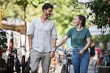 Junges Paar läuft zusammen in Berlin