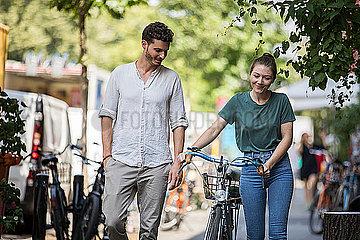 Junges Paar läuft zusammen