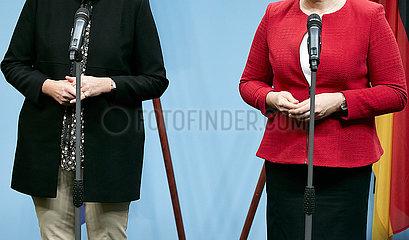 Berlin  Deutschland - Die Haende von Anja Karliczek und Dr. Franziska Giffey beim gemeinsamen Pressestatement.