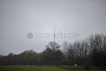 Windraeder im Nebel