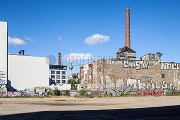 Unbebautes Grundstueck vor der Ruine der Eisfabrik in der Koepenicker Strasse in Berlin-Mitte