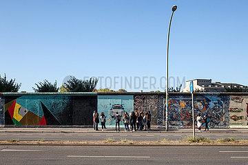 Touristen vor der East-Side-Gallery in der Muehlenstrasse in Berlin-Friedrichshain