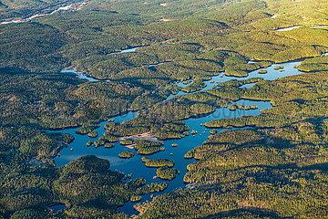 Luftaufnahme von Wäldern und Seen in Norwegen