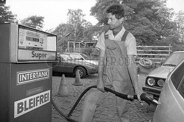 Super Bleifrei tanken an der Minol Tankstelle  Dresden  DDR  1990