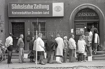 Gedraenge vor Sparkasse  Einfuehrung D-Mark in der DDR  Waehrungsunion  Radebeul  Juni 1990