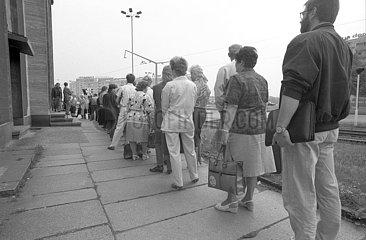 Gedraenge vor Bank  Einfuehrung D-Mark in der DDR  Waehrungsunion  Dresden  Juni 1990