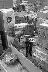 Lager mit TV-HiFi-Video  sowjetische Truppen  Wuensdorf Hauptquartier  1990