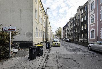 Wohnstrasse mit leerstehenden Schrottimmobilien  Gelsenkirchen  Ruhrgebiet  Nordrhein-Westfalen  Deutschland