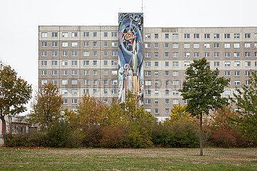 Verwaltungsgebaeude mit Mosaiken im Plattenbauviertel Halle-Neustadt