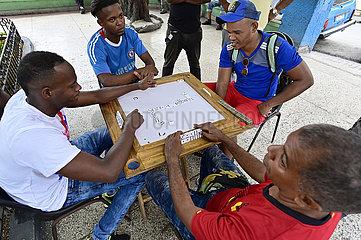 Kuba  Santiago de Cuba- Treffpunkt kubanischer Maenner zum Dominospiel in einem Park