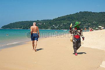 Phuket  Thailand  Fliegender Haendler verkauft am Strand von Karon Beach Maiskolben