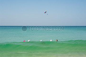 Phuket  Thailand  Urlauber baden am Strand von Karon Beach im Meer
