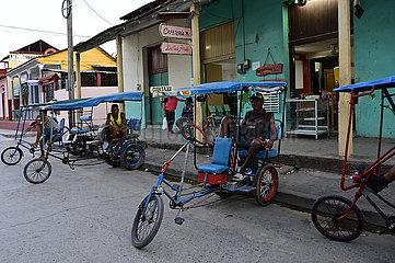Kuba  Baracoa-Fahrradtaxistand vor einer Bar