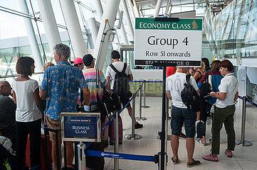 Phuket  Thailand  Passagiere warten auf den Einstieg am Flughafen Phuket
