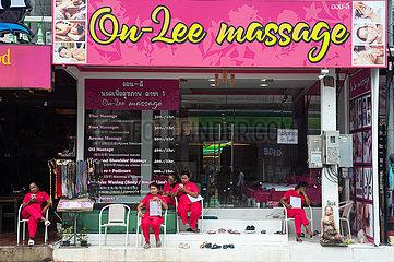 Phuket  Thailand  Masseusen sitzen vor einem Massage-Salon in Karon