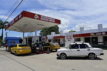 Kuba  Bayamo- Blick auf eine Tankstelle in der Stadt