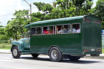 Kuba  Bayamo- Blick auf einen Transportbus in der Stadt