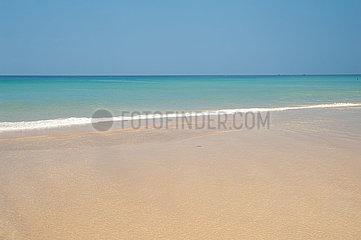 Phuket  Thailand  Blick auf die Andamanensee am Strand von Karon Beach