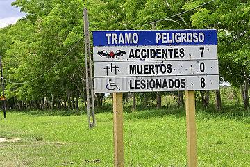 Kuba  Bayamo - Hinweistafel mit einer Auflistung von Unfallopfern an einer Landstrasse