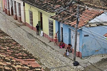 Kuba  Trinidad - Kubaner sitzen vor ihren Hauesern