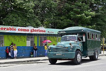 Kuba  Bayamo - Blick auf eine Bushaltestelle in der Stadt