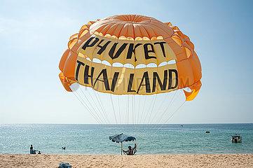 Phuket  Thailand  Parasailing am Strand von Karon Beach
