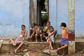 Kuba  Trinidad - Kindr vor einem Wohnhaus in der Stadt