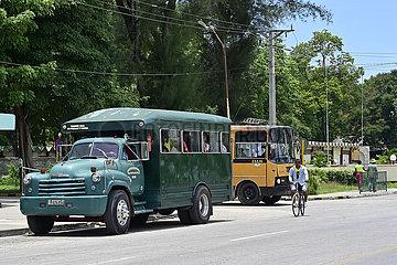 Kuba  Bayamo- Blick auf eine Bushaltestelle in der Stadt