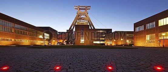 Zeche Zollverein mit dem Foerdergeruest Schacht XII am Abend  Essen  Ruhrgebiet  Nordrhein-Westfalen  Deutschland  Europa
