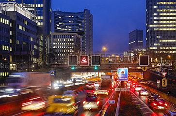 Autobahn A40  Stau beim Feierabendverkehr  Essen  Ruhrgebiet  Nordrhein-Westfalen  Deutschland