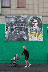Grossbritannien  Nordirland  Belfast - Wandmalerei am Sitz der Touristeninformation  Falls Road  katholisches West Belfast