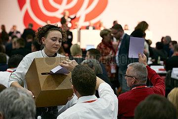 Berlin  Deutschland - Wahlgang fuer den Parteivorsitz auf dem Bundesparteitag der SPD.