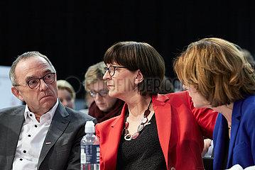 Berlin  Deutschland - Norbert Walter-Borjans  Saskia Ecken und Malu Dreyer beim Bundesparteitag der SPD.