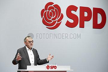 Berlin  Deutschland - Norbert Walter-Borjans mit der Bewerbungsrede beim Bundesparteitag der SPD.