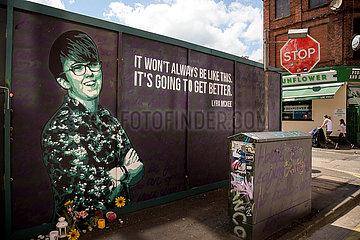 Grossbritannien  Nordirland  Belfast - Politische Wandmalerei der Fotografin Lyra McKee  die in Derry im April 2019 erschossen wurde