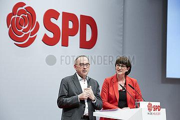Berlin  Deutschland - Norbert Walter-Borjans und Saskia Esken nach der Wahl als Parteivorsitzende beim Bundesparteitag der SPD.