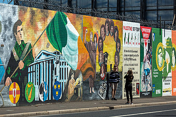 Grossbritannien  Nordirland  Belfast - junge Touristen  Politische Wandmalerei  Falls Road  katholisches West Belfast