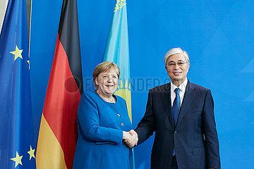 Berlin  Deutschland - Kassim-Schomart Tokajew und Bundeskanzlerin Angela Merkel bei der offiziellen Begruessung im Kanzleramt.