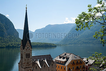 Hallstatt  Oesterreich  Blick auf die Ortschaft mit Hallstaetter See und Bergen
