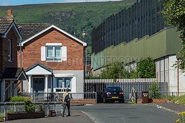 Grossbritannien  Nordirland  Belfast - Katholischer Teil von West Belfast  der Peace Wall teilt Stadtteil nach Konfession
