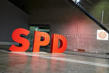 Berlin  Deutschland - Das Logo der SPD als personenhohe Objekte und die rote Rose beim Bundesparteitag.
