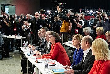 Berlin  Deutschland - Norbert Walter-Borjans und Saskia Esken vor Verkuendung des Wahlergebnisses zum Parteivorsitz beim Bundesparteitag der SPD.